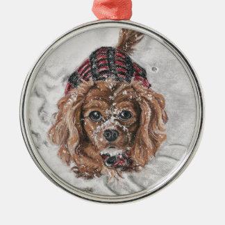 雪のルビー色の無頓着なチャールズ王スパニエル犬 シルバーカラー丸型オーナメント