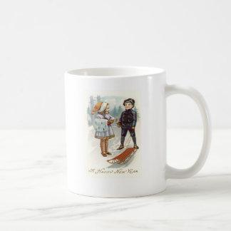 雪の冬のそりのそりを遊んでいる子供 コーヒーマグカップ