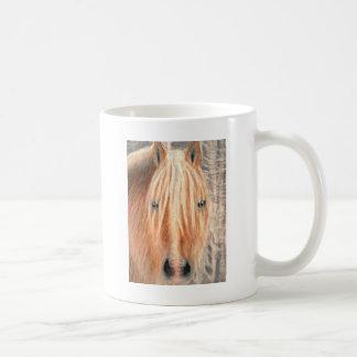 雪の冬の優雅の馬 コーヒーマグカップ