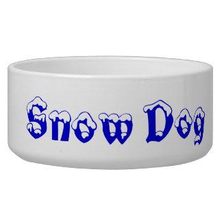 雪の愛情のある犬