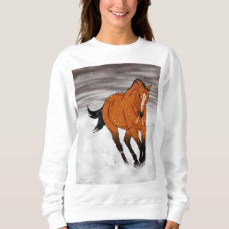 雪の戯れるBuckskinの馬 スウェットシャツ