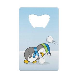 雪の球を得ている小さいペンギン クレジットカード 栓抜き