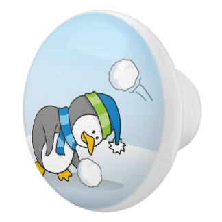 雪の球を得ている小さいペンギン セラミックノブ