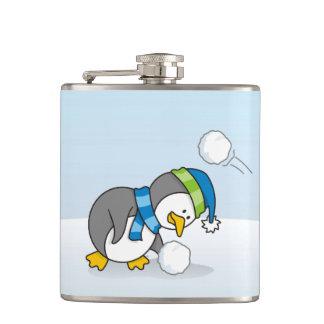 雪の球を得ている小さいペンギン フラスク