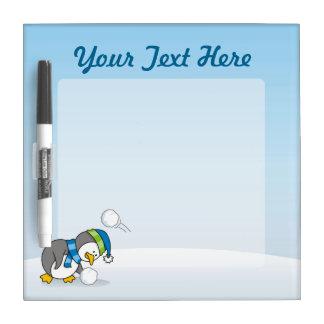 雪の球を得ている小さいペンギン ホワイトボード