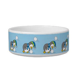 雪の球を得ている小さいペンギン ボウル