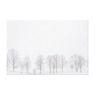 雪の白い世界のキャンバスの冬の不毛の木 キャンバスプリント