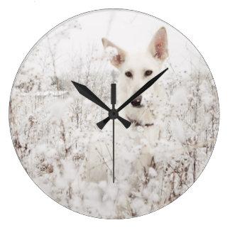 雪の白人のジャーマン・シェパード ラージ壁時計