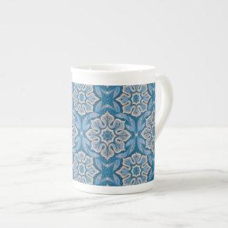 雪の花、花パターンの、青及び灰色の雪片 ボーンチャイナカップ