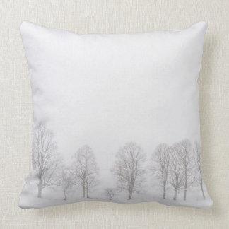 雪の装飾用クッションの冬の不毛の木 クッション