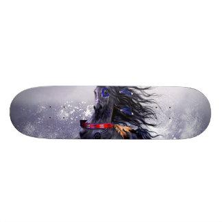 雪の黒く青く威厳のあるな種馬のインドの馬 カスタムスケートボード