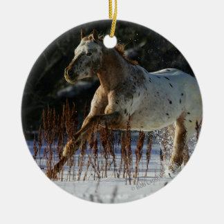 雪のAppaloosaの馬のランニング セラミックオーナメント