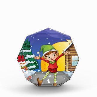 雪を楽しんでいる小妖精や小人 表彰盾