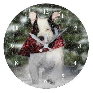 雪を通って紛砕しているブルドッグの救助の子犬 ラージ壁時計