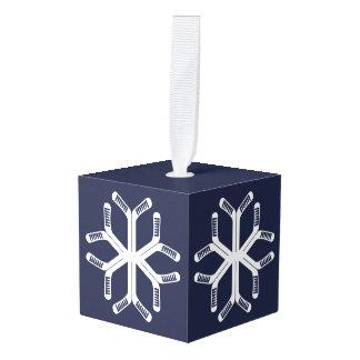 雪片のアイスホッケーは休日の装飾を付けます キューブオーナメント
