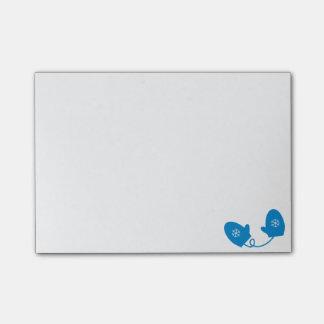 雪片のポスト・イットが付いている青い冬のミトン ポストイット