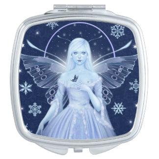 雪片の正方形のコンパクトの鏡を持つ雪の妖精