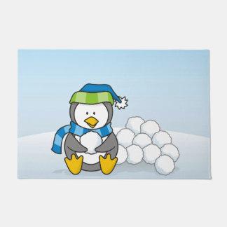 雪玉と坐っている小さいペンギン ドアマット