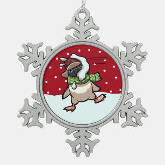 雪玉のクリスマスの漫画によって当られるスカーフのペンギン スノーフレークピューターオーナメント