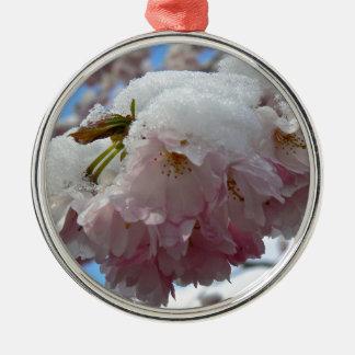雪、春が付いているピンクの花 メタルオーナメント