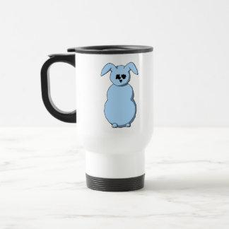 雪、淡いブルーの漫画のウサギ。 トラベルマグ