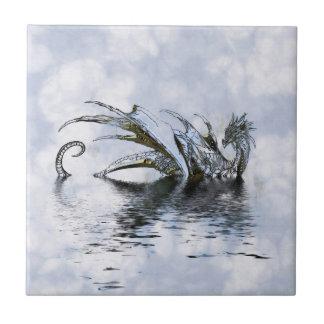 雲および水の青いドラゴンのイラストレーション タイル