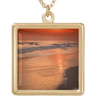 雲および海の海岸の沖の日没の反射 ゴールドプレートネックレス