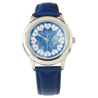 雲および白いハートが付いている青空 腕時計