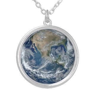 雲が付いている宇宙からの惑星の地球 カスタムネックレス