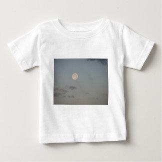 雲が付いている満月 ベビーTシャツ