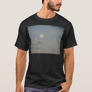 雲が付いている満月 Tシャツ