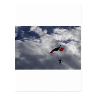 雲が付いている赤く白くおよび青のパラシュート ポストカード