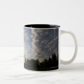 雲との地平線の空の眺め ツートーンマグカップ