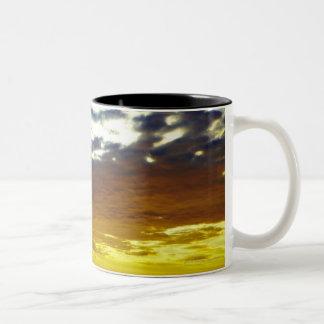 雲との黄色く青く不機嫌な日没 ツートーンマグカップ