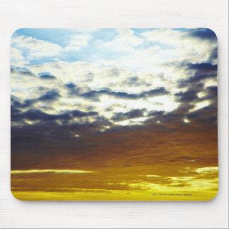 雲との黄色く青く不機嫌な日没 マウスパッド