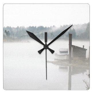 雲の空のオレゴンの霧深い森林景色の写真撮影 スクエア壁時計