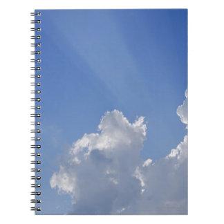 雲、Valのd'Orcia、シエナを通した太陽光線 ノートブック