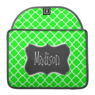 電気緑のクローバー; レトロの黒板 MacBook PROスリーブ