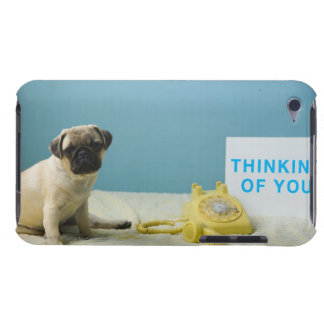 電話の隣にベッドに坐っているパグの子犬 Case-Mate iPod TOUCH ケース