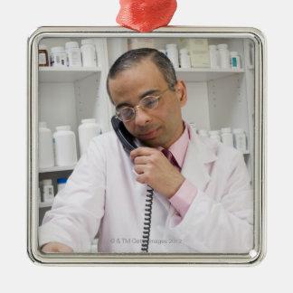 電話を使用している薬剤師 メタルオーナメント