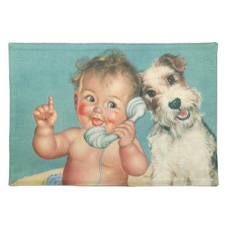 電話小犬で話しているヴィンテージのかわいいベビー ランチョンマット