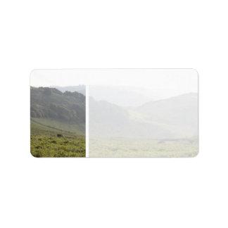 霧が付いている緑の丘陵 ラベル