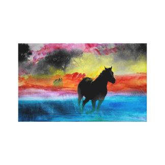 霧のキャンバスで走っているカラフルな馬 キャンバスプリント