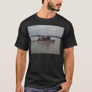 霧の引っ張りのボート Tシャツ