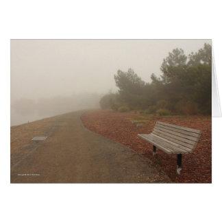 霧の挨拶状の公園のベンチ カード