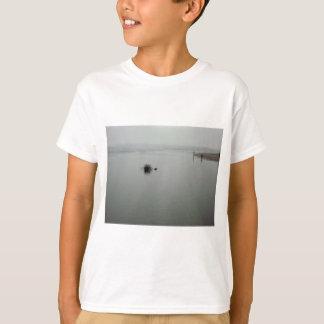 霧の魚釣り Tシャツ