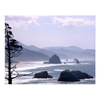 霧深いオレゴンの海岸の三角波の石の郵便はがき ポストカード