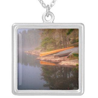 霧深いカヌーのキャンプ場、湖Kawnipi、 シルバープレートネックレス
