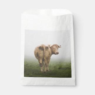霧深い分野を見る白い牛Bull フェイバーバッグ
