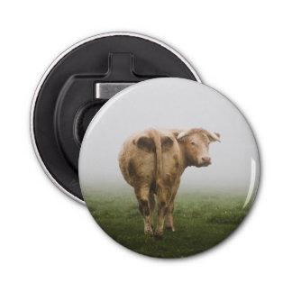 霧深い分野を見る白い牛Bull 栓抜き